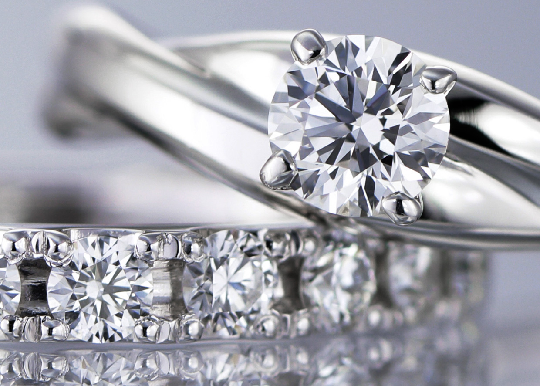 ラザールダイヤモンドを選び抜いたダイヤモンドを使用したエタニティリングとエンゲージリング