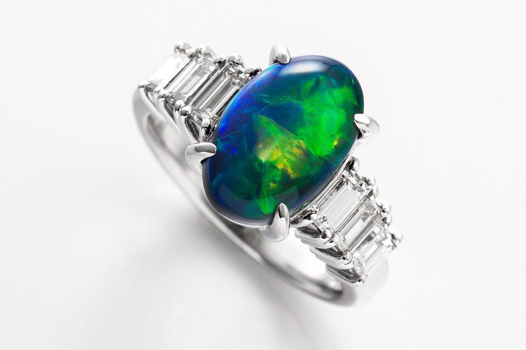 青と緑が美しいオパールのダイヤモンドリング。ダイヤモンドはバケットカットで、楕円型のオパールとの相性もよく素敵です。