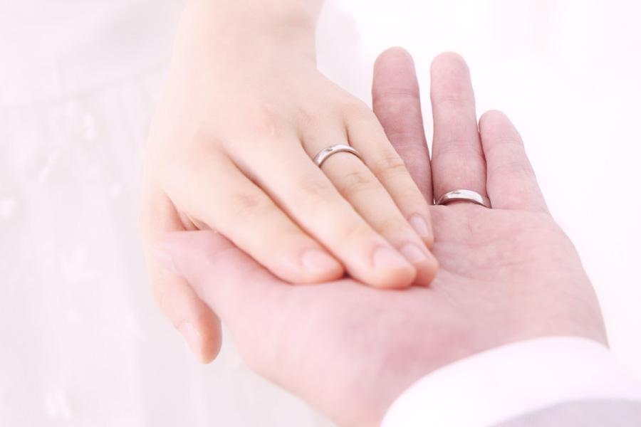 新郎新婦が左手を重ね合うシーン。
