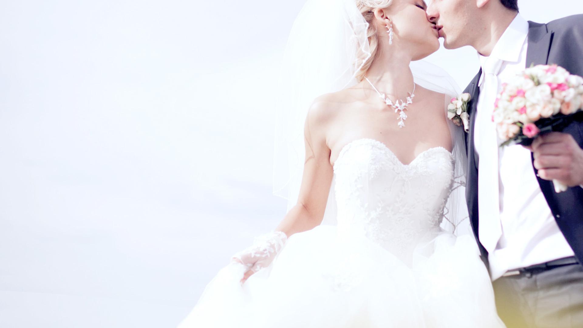 ブライダルのイメージ写真。ウエディングドレスの新婦のキスシーン