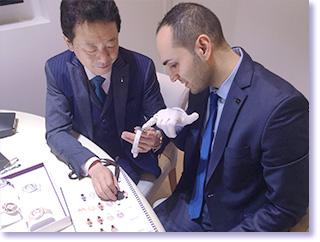 スイス バーゼルワールド、世界最大の腕時計の商談会に参加。時計を検品し、確認していただいているシーンの写真。