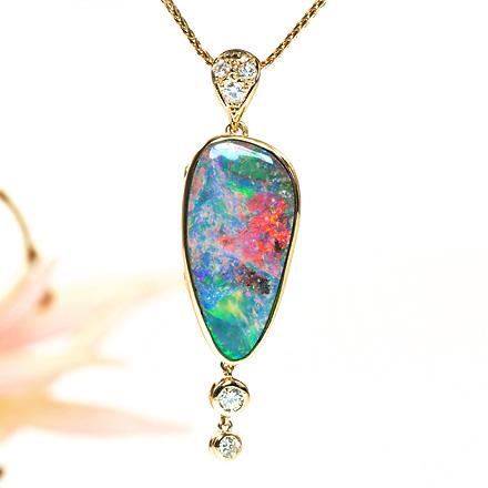 オパールが美しい18Kのダイヤモンドペンダント。