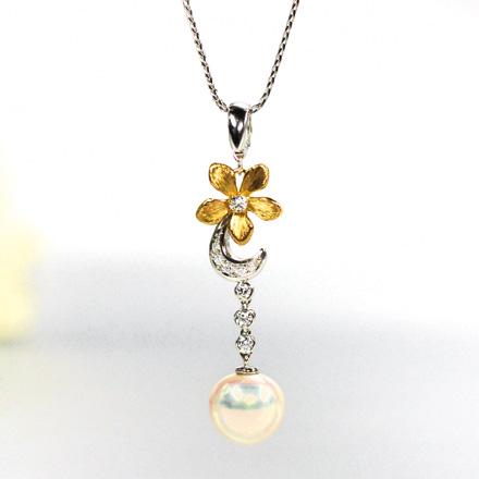 植物の花をモチーフにしたペンダント。18金の花びら、ダイヤモンドとパールで花びらを装飾。