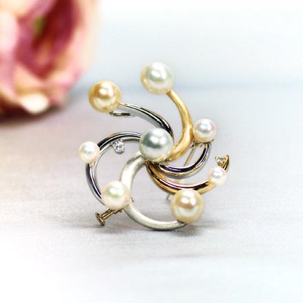 大小様々な真珠と曲線の渦のバランスが素晴らしいブローチ。