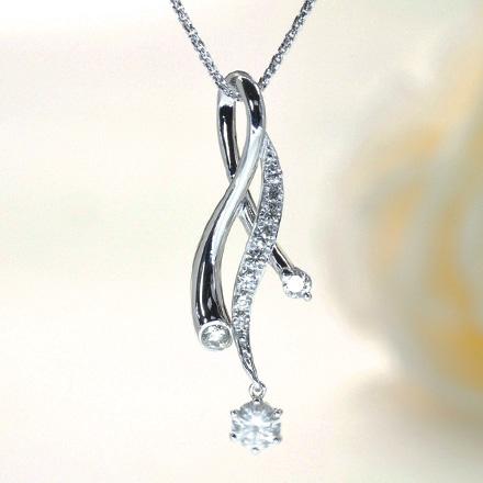 川の流れのような曲線が美しいダイヤモンドペンダント。