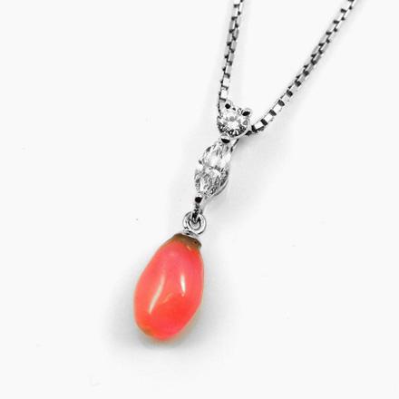珊瑚とダイヤモンドがコラボ。珊瑚のやわらかい曲線と半透明なピンクに、エッジ感が強いマーキースで高級感を演出したペンダント。