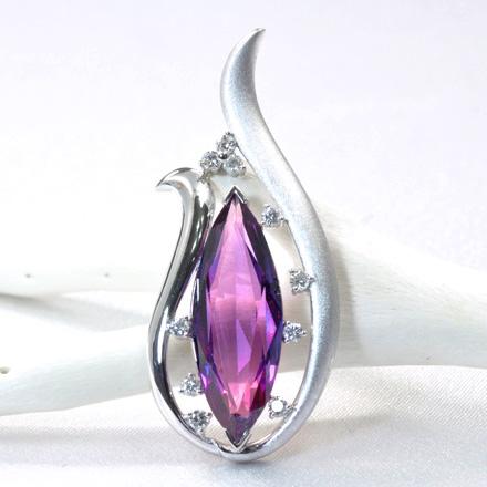 大粒でマーキースカットのアメジストをダイヤモンドが包み込むデザインのペンダント。