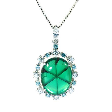 トラピチェエメラルドに、ブルーダイヤモンドで囲う贅沢なペンダント。バチカン部分のマーキースカットダイヤモンドでエレガント感を演出したペンダント。