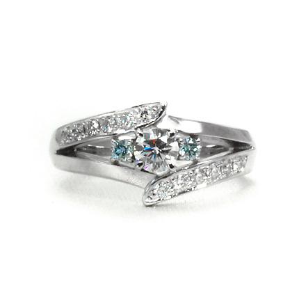 センターダイヤモンドを中心に反転したデザインで左右を構成したダイヤモンドリング。
