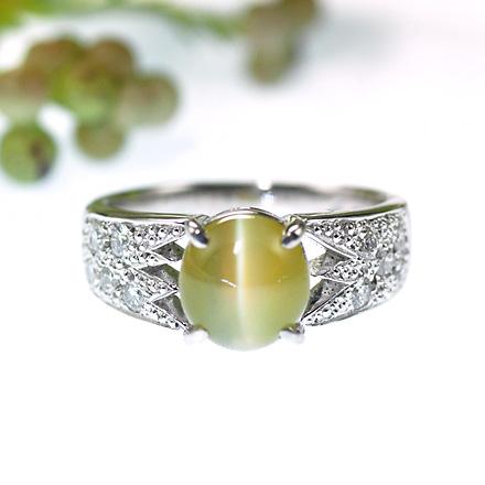 キャッツアイとダイヤモンドのリング。キャッツアイを留めているツメの部分を直線と角で作ったスペースにすることで、曲線と直線がうまく融合したリング。