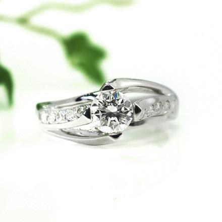 メレーダイヤが曲線にそってツイストして配置し、直線と曲線がうまく融合したデザインのダイヤモンドリング。