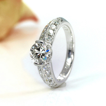 メレーダイヤが2列、高級感漂うダイヤモンドリング。