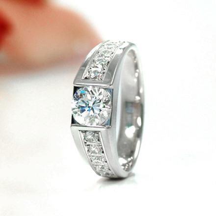 王道のダイヤモンドリング。センターダイヤモンドをエタニティのようにメレーダイヤモンドが装飾されたリング。