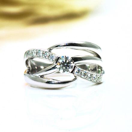 重ねづけしたように錯覚するような、プラチナをふんだんに使用したダイヤモンドリング。
