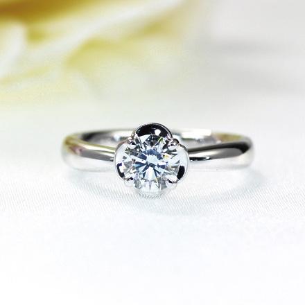花びらがダイヤモンドのような、そんなシンプルなダイヤモンドリング。