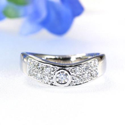 メレーダイヤモンドをパヴェのように敷き詰めつつも、その中に大きめのダイヤモンドが存在感を感じさせるリング。