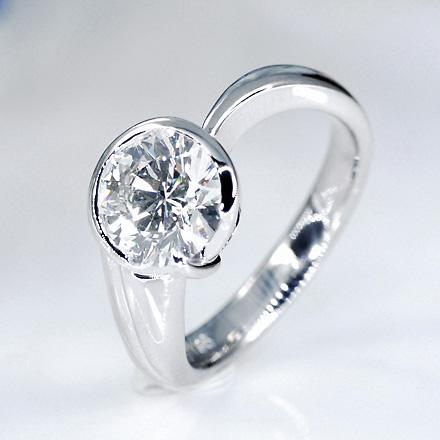 インパクトのあるダイヤモンドにアシンメトリーの曲線でデザインされたリング。
