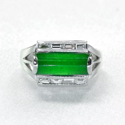 長方形のエメラルドにバケットダイヤモンドで直線と角を意識したデザインのリング。