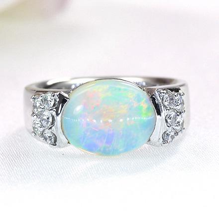 オパールとダイヤモンドのリング。
