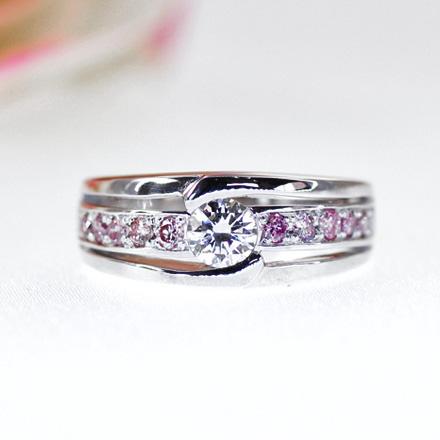 ピンクのメレーダイヤモンドをエタニティのようにたくさん使用したダイヤモンドリング。