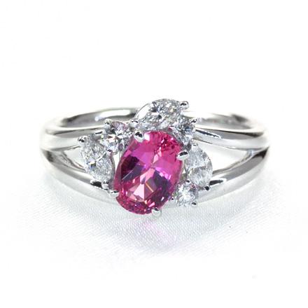 ピンクサファイアを囲むようにマーキスカットのダイヤモンドが踊ってるようなリング。