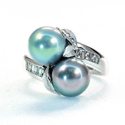 ピンク色に干渉する南洋真珠を豪快に2つ使用したリング。