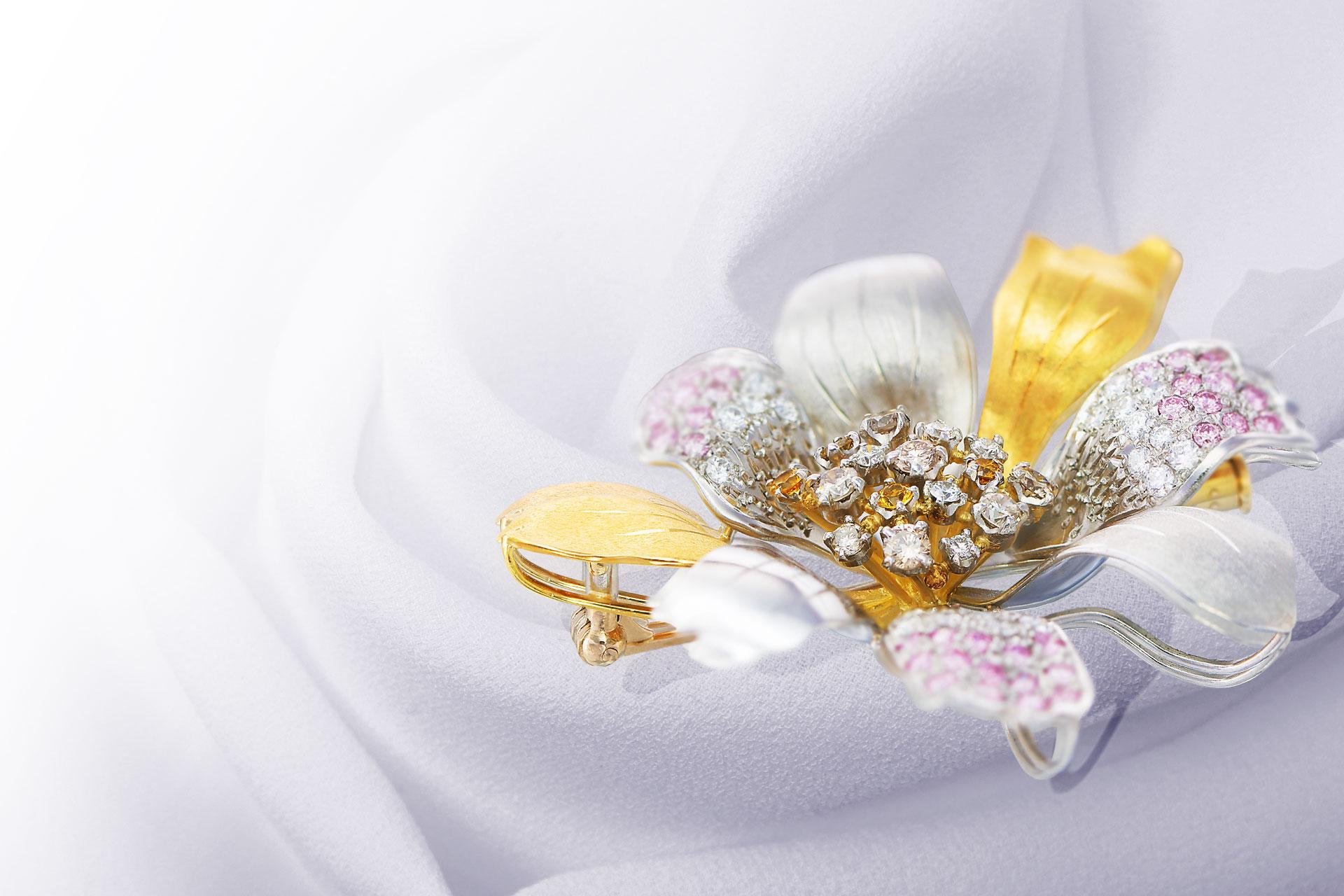 加代子ジュエリー ピンクダイヤモンドを花びら、雄しべ、雌しべに使用し、華やかな花ブローチ
