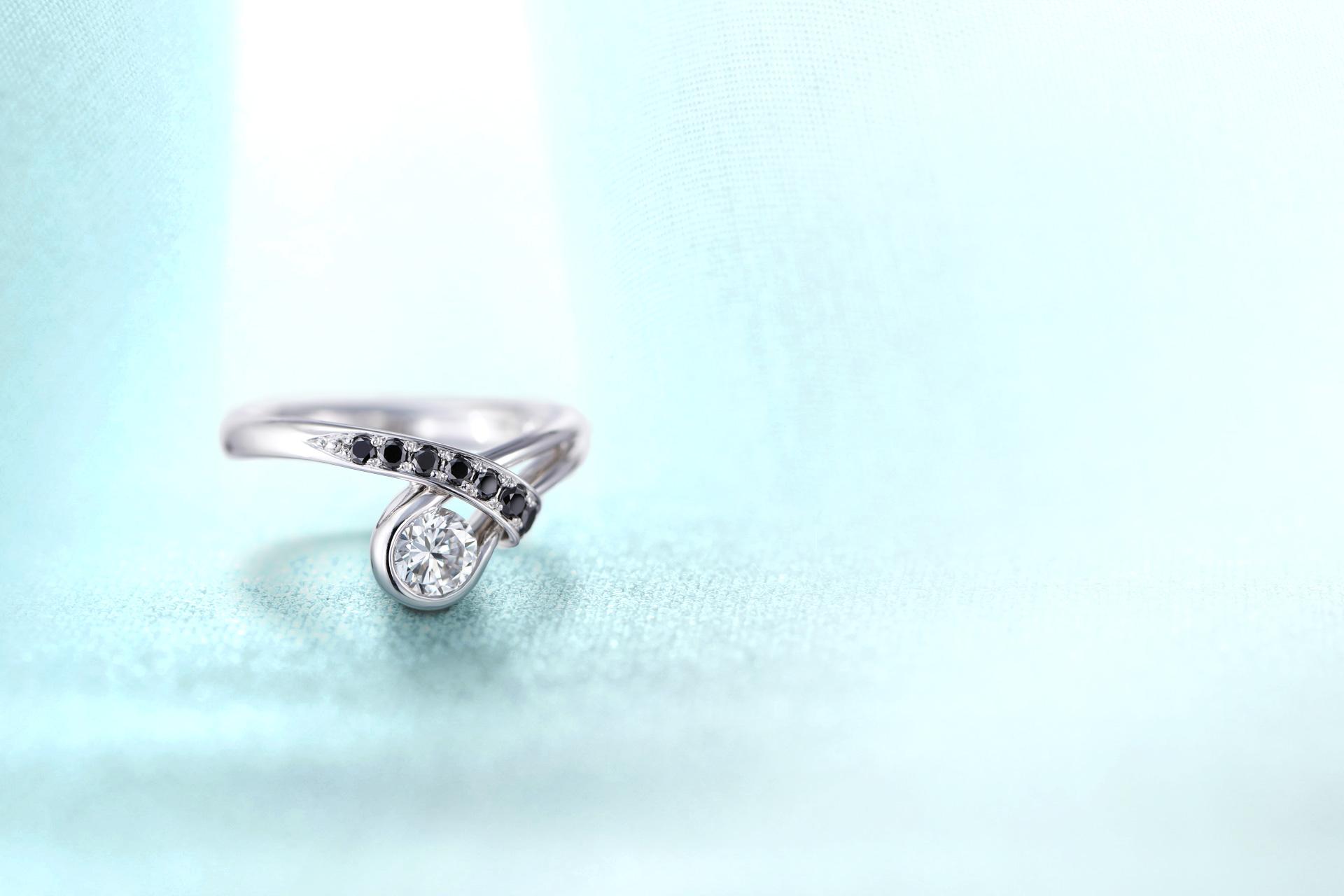 ジュエリーのリフォーム・リペアのページトップ画像。ラウンドダイヤモンドとブラックダイヤモンドを美しい曲線で表現したリング