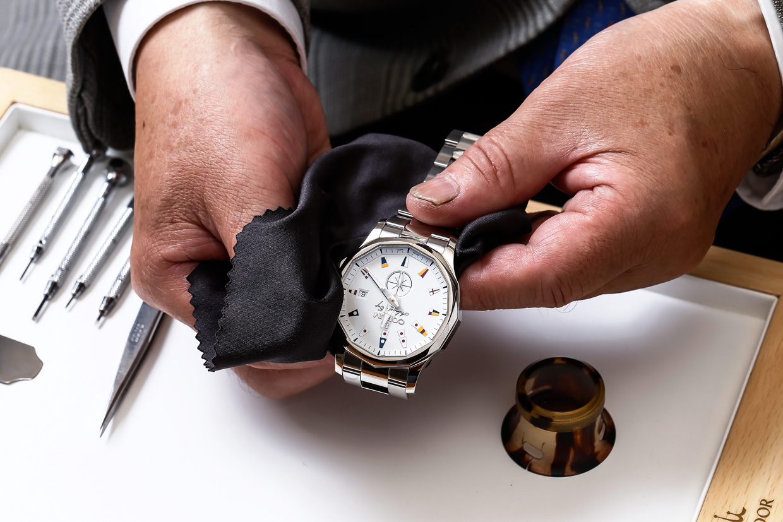 クロスで時計を洗浄