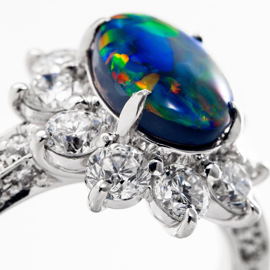オパール、ダイヤモンドのプラチナリング。オパールは見る角度によって様々な表情を見せます。加代子ジュエリーのリングはこちらから