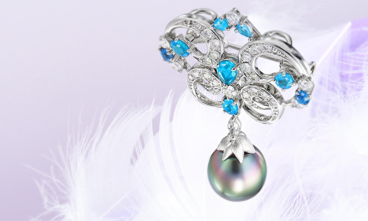 パライバトルマリン、ダイヤモンドを使用したレリーフ調のペンダント。先端の南洋真珠の照りからその品質がわかります。加代子ジュエリーのブローチはこちらからどうぞ