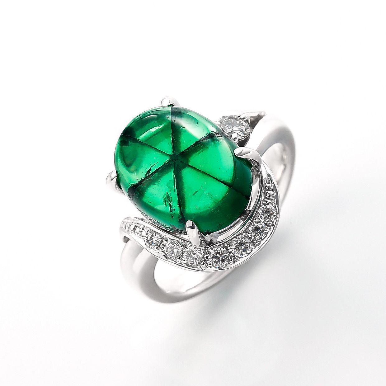 トラピッチェエメラルドとダイヤモンドのリング 01