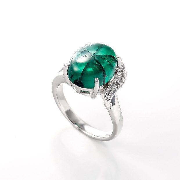 トラピッチェエメラルドとダイヤモンドのリング 02