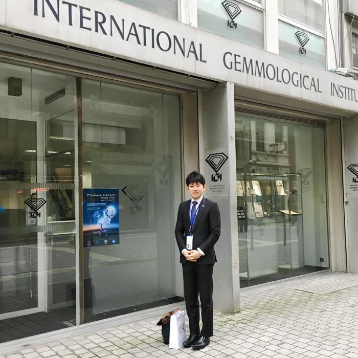 IGI(世界最大級のダイヤモンド鑑定機関)のビルディング前で撮影