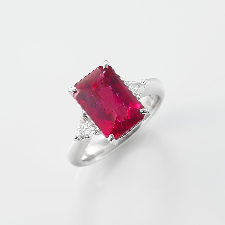 ビビットカラーのピンク色がやわらかく輝くバフトップカットのトルマリンリング 01
