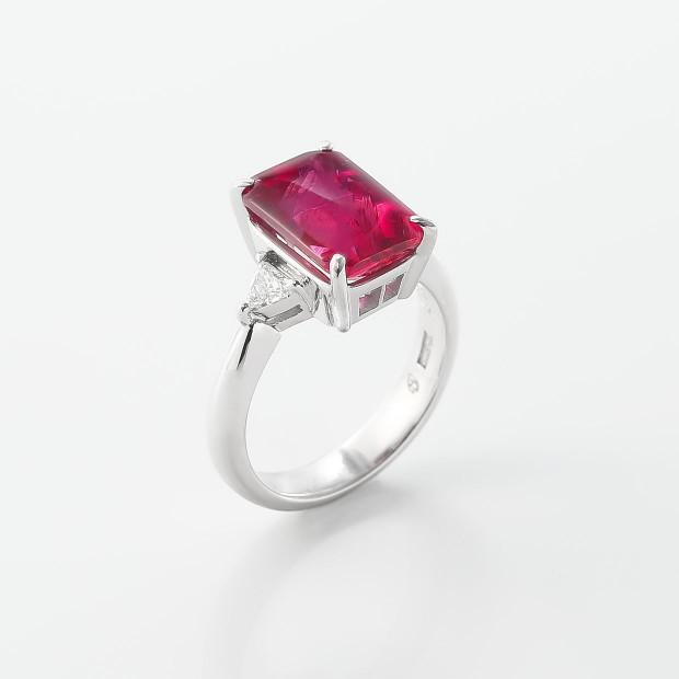 ビビットカラーのピンク色がやわらかく輝くバフトップカットのトルマリンリング 02