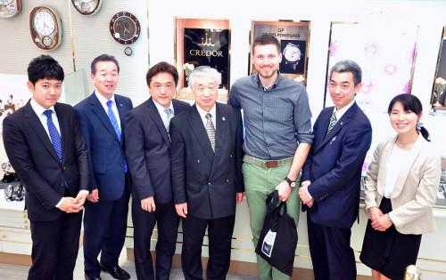 テラチェロマーレのCEOのMr.LUCA FONTANA氏と店舗スタッフとの記念写真。