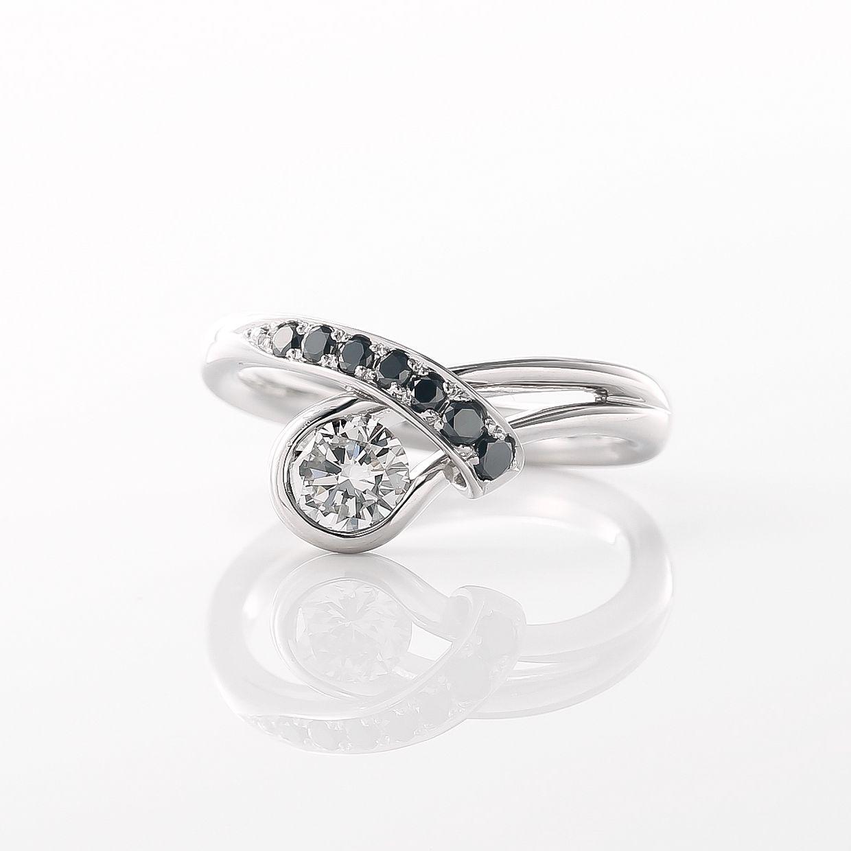 ブラックダイヤモンドがアクセント指が少し長く見えるマジックラインのリング01
