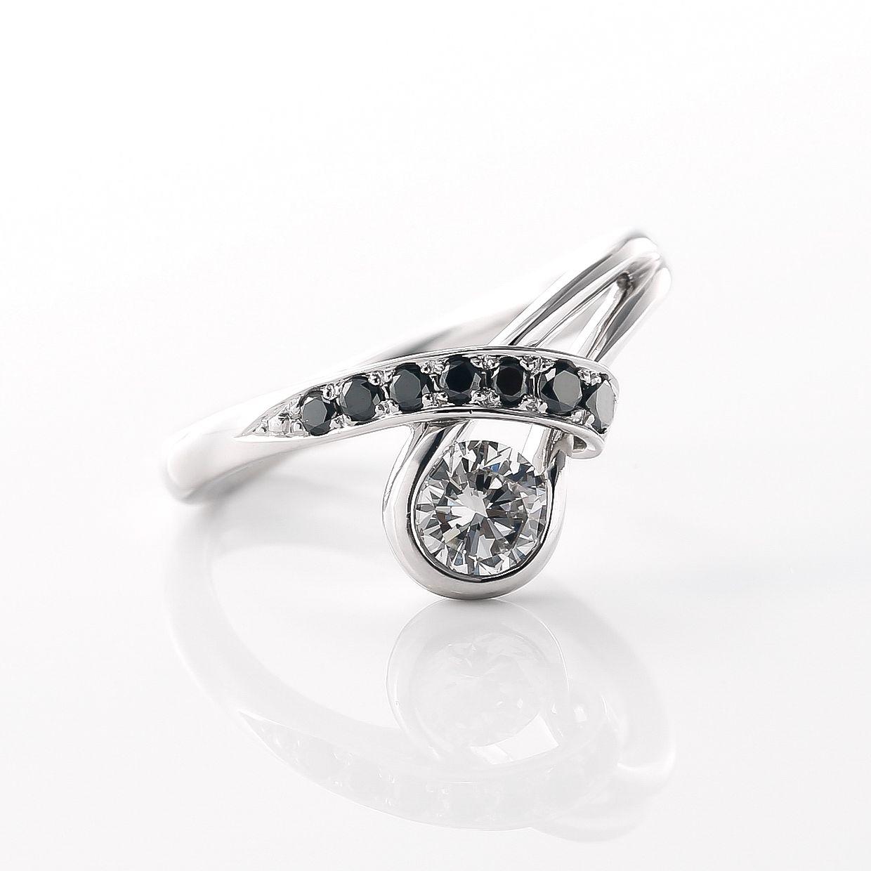 ブラックダイヤモンドがアクセント指が少し長く見えるマジックラインのリング02