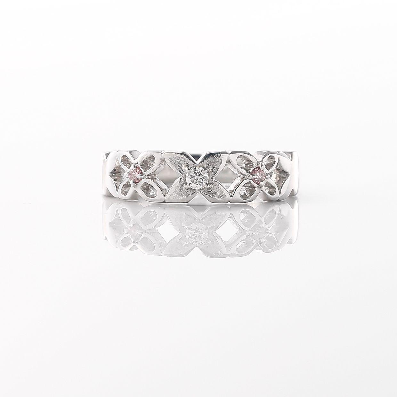 さりげなくピンクダイヤをあしらったリング01