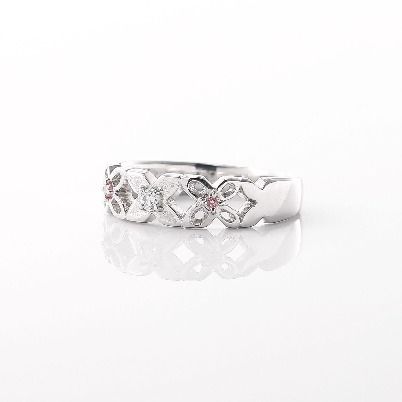 さりげなくピンクダイヤをあしらったリング02