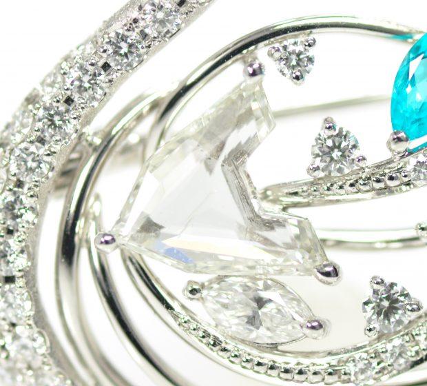 ダイヤモンドとパライバトルマリンの白鳥ブローチ3