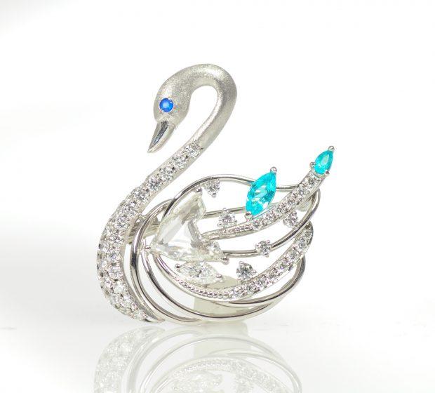 ダイヤモンドとパライバトルマリンの白鳥ブローチ1
