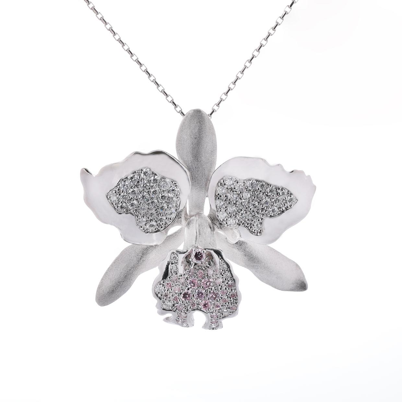 ダイヤモンドのネックレスとブローチ 01